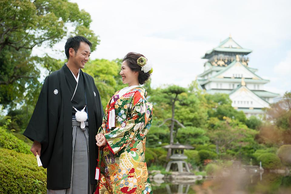 大阪城をバックに微笑み合うお二人