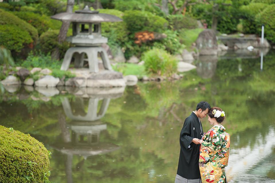大阪城公園内の池のほとりでのお二人