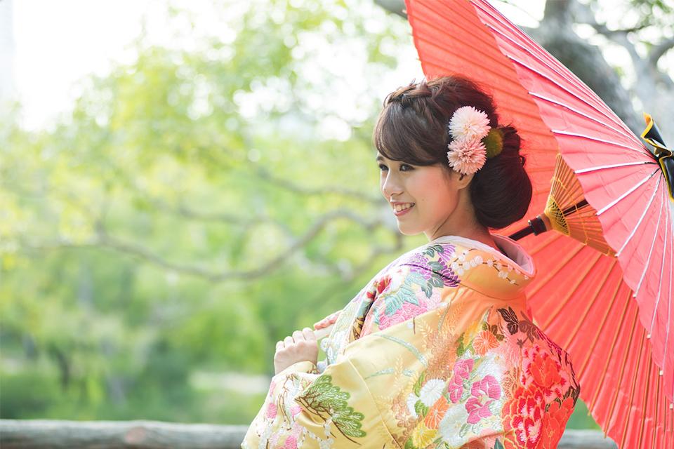 大阪城公園内で番傘を手にもった奥さまのお写真