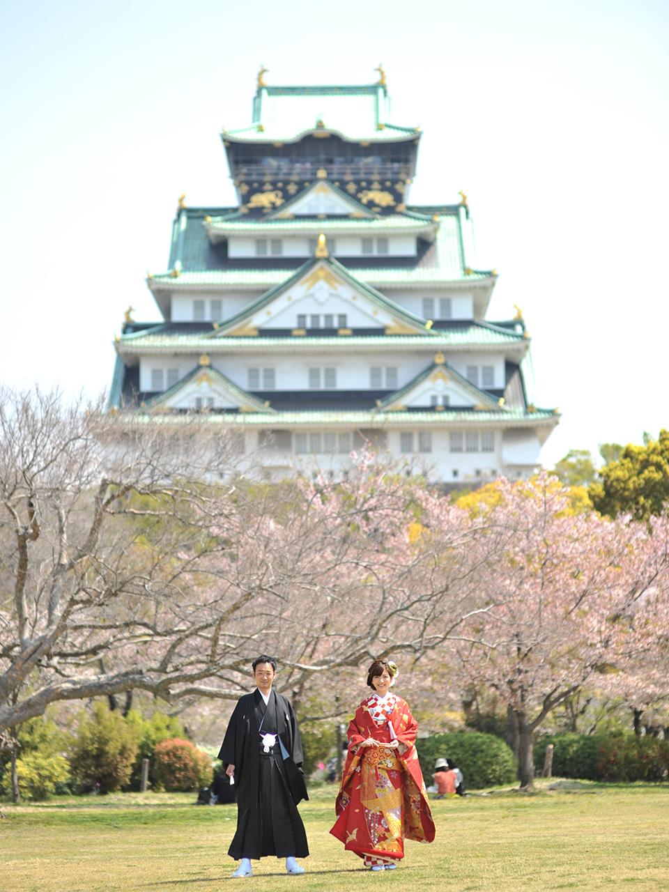 大阪城と桜をバックのお二方