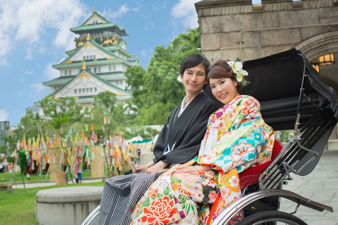 ミライザ大阪城と大阪城前で人力車にのる新郎新婦