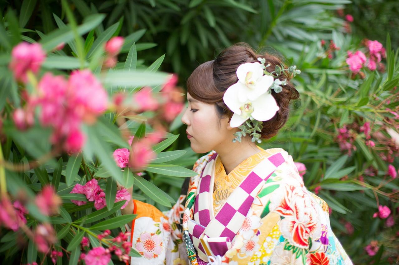 公園内の花と和装の新婦