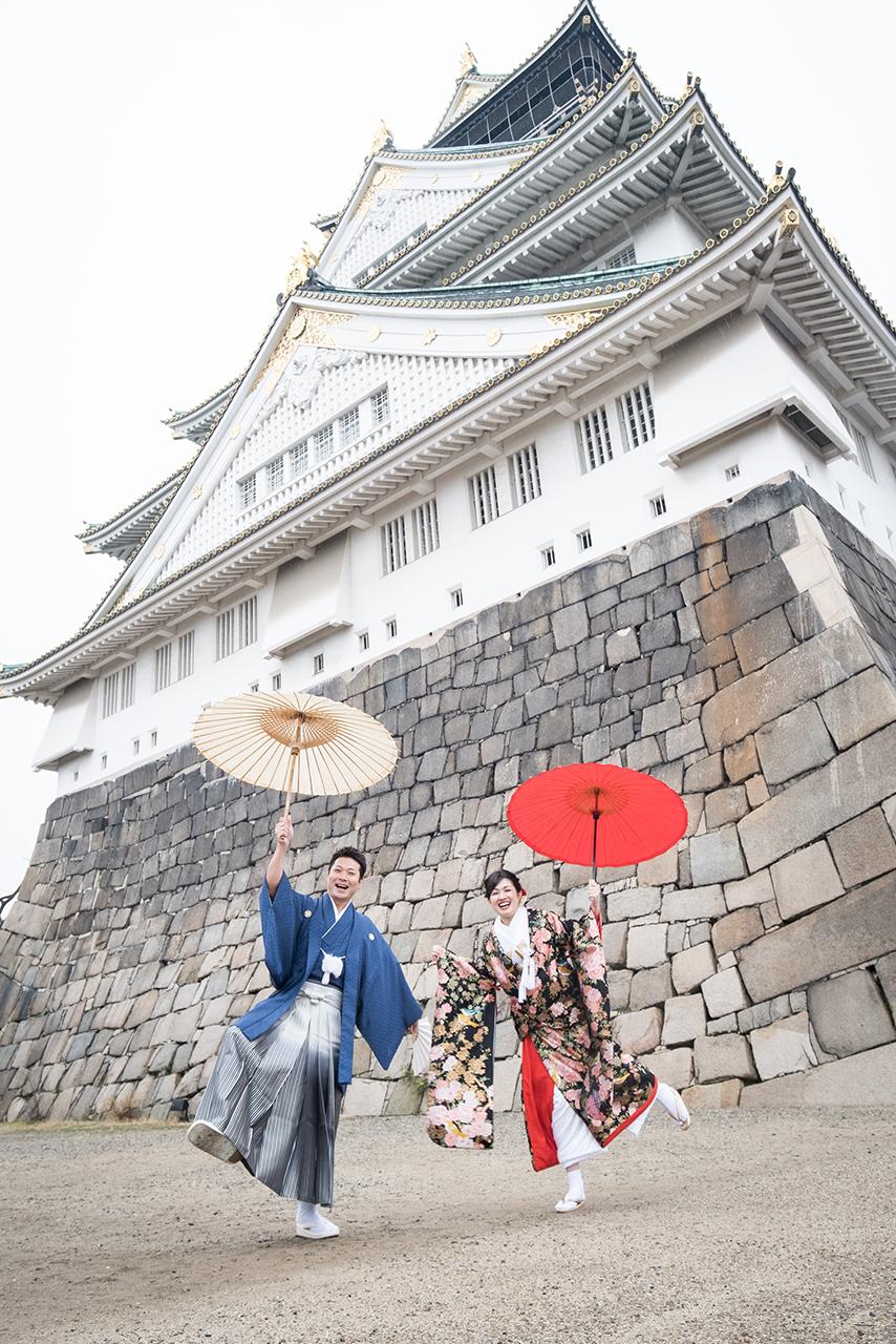 大阪城を背景に撮影